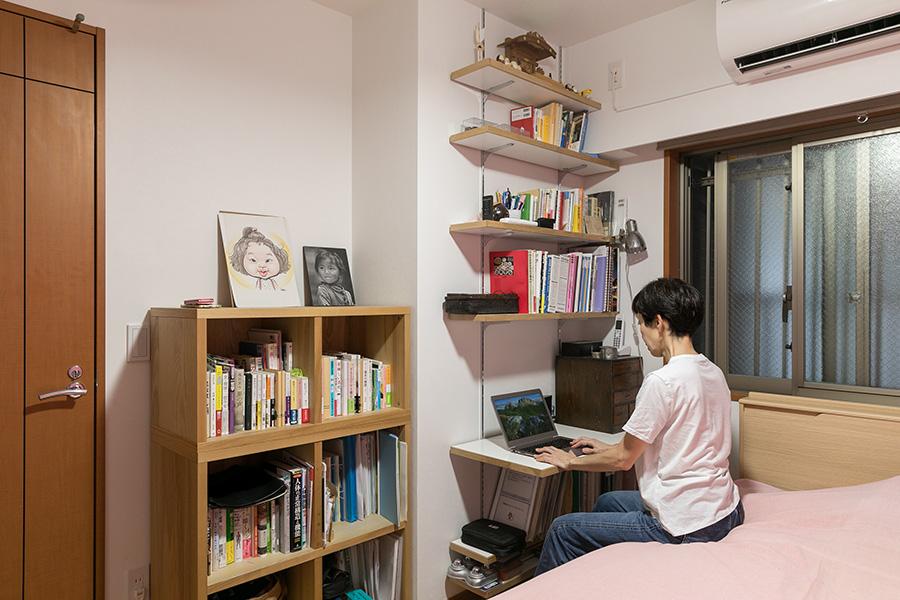 阪口さんの部屋。落ち着いて読書のできるプライベートな空間だ。