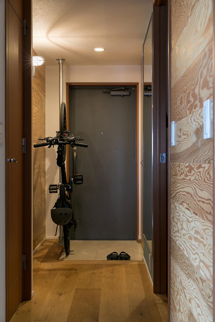 玄関左側の壁を奥に移動し、自転車のハンドルが収まるスペースを確保した。