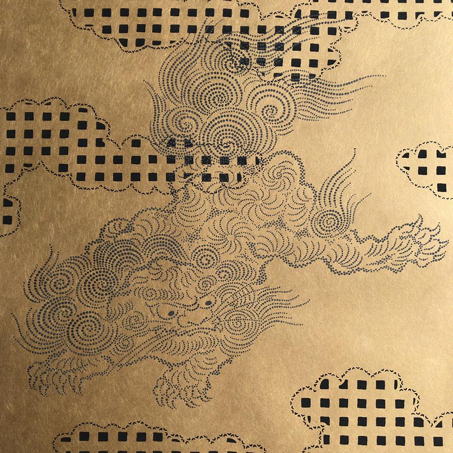 夏水組がデザインした霞に獅子が踊る襖紙。繊維の見える和紙を使っている。