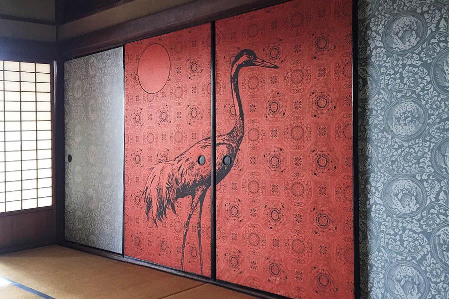 襖紙は、襖に貼りやすいサイズになっている。もちろん壁に貼ることもできる。和紙の質感もいい。