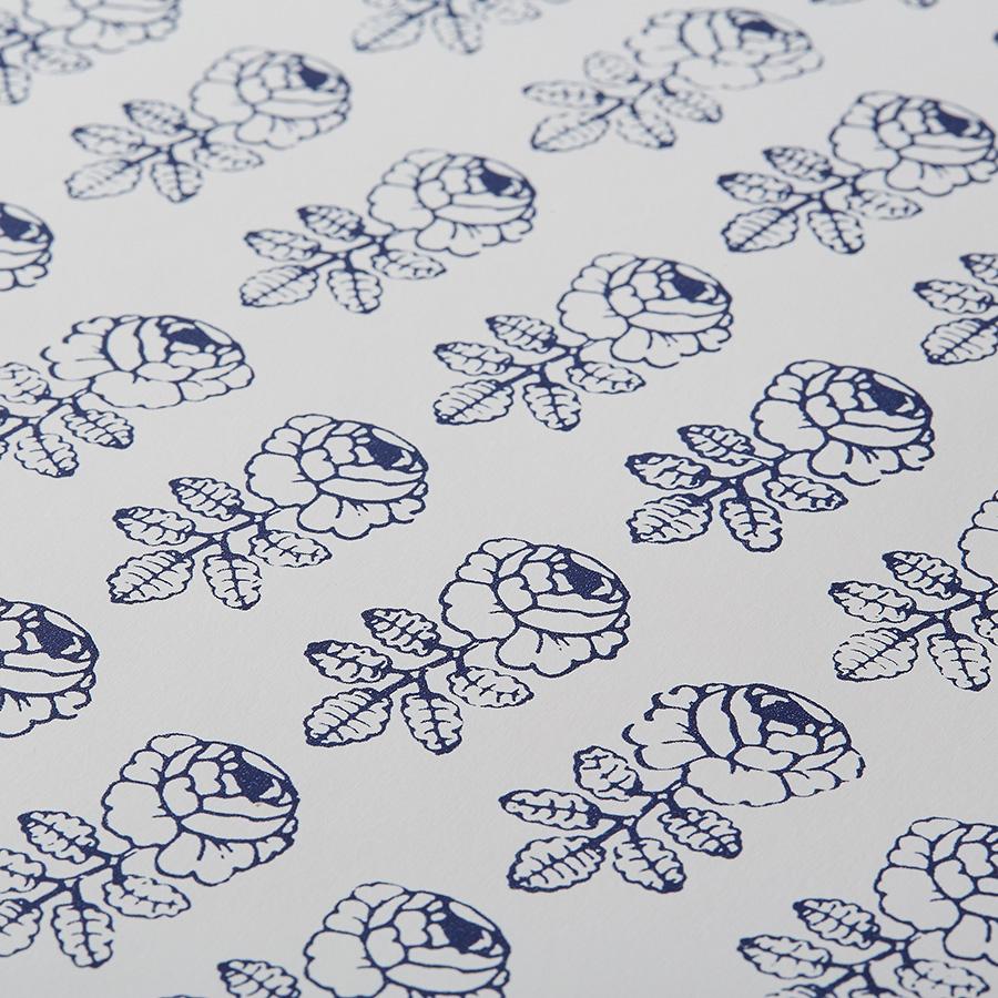 小さなバラがたくさん描かれたフィンランドのマリメッコ社の壁紙。