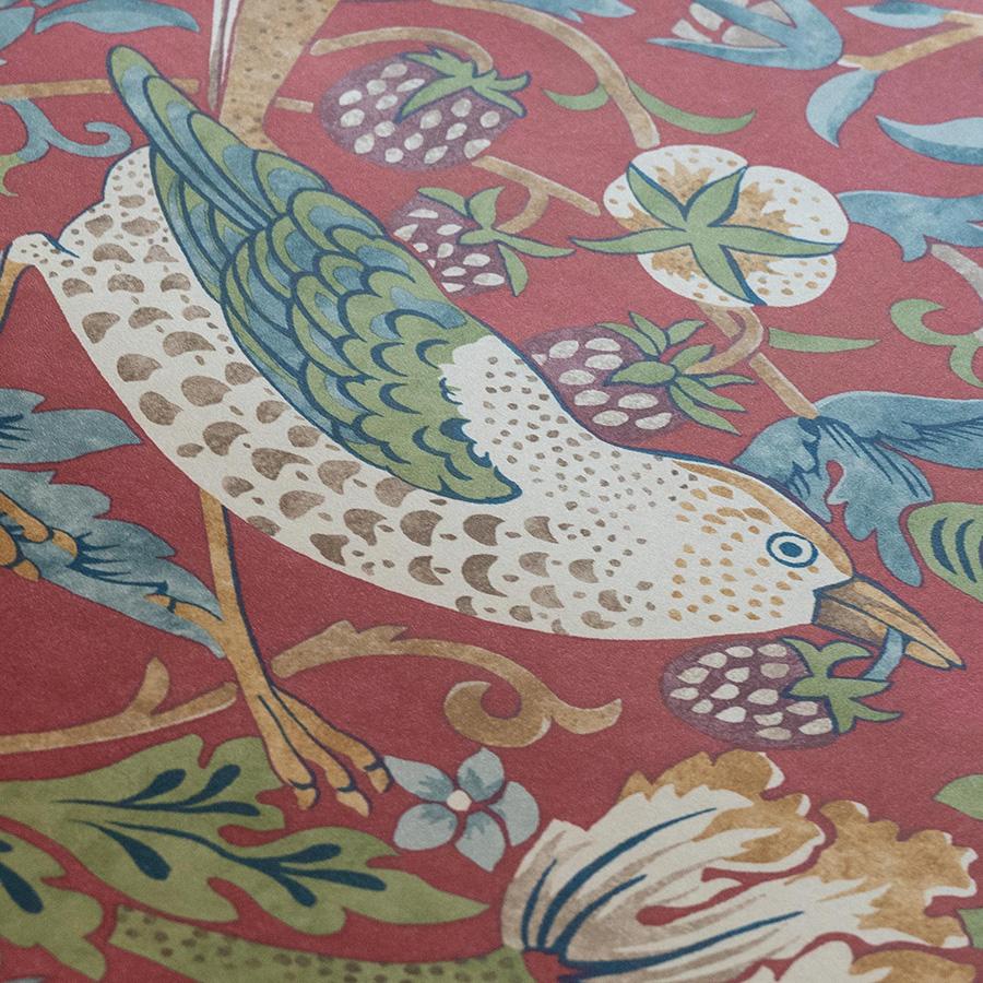 人気の高いウィリアム・モリスの壁紙。モリスの夏の別荘「ケルムスコット・マナー」の庭でイチゴをついばむ鳥を描いた代表作。