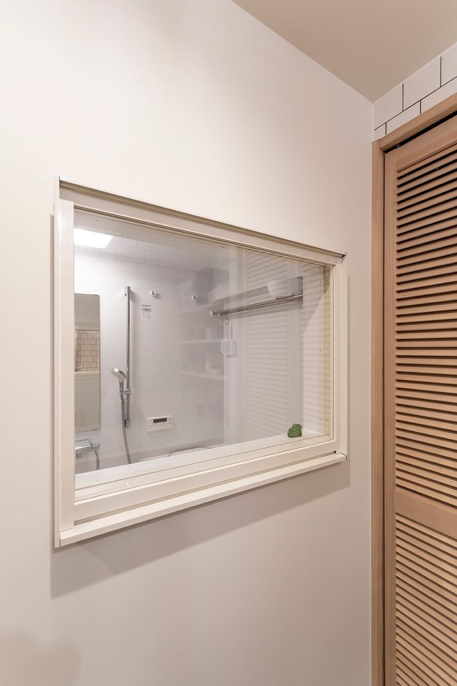 小窓を設けることで浴室に開放感を演出。