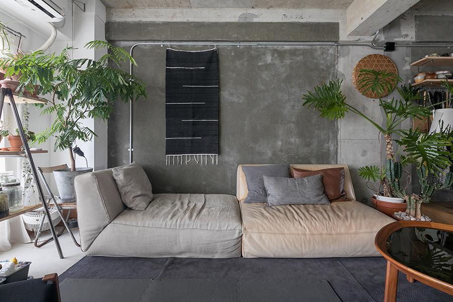 たっぷりとしたサイズのソファとローテーブルはアルフレックス。