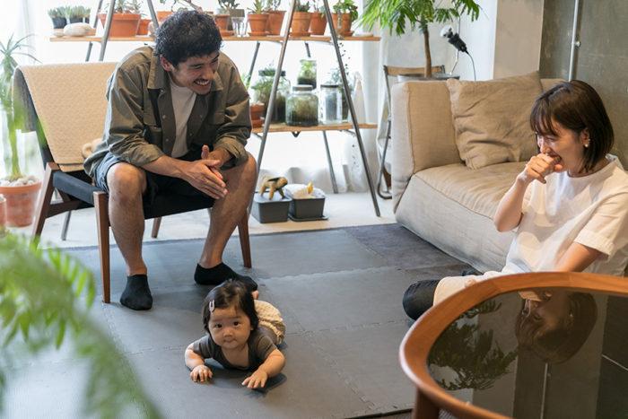 7ヶ月のつぐみちゃんのためにコンクリートの床にマットを敷いた。「赤ちゃんマットでダークなグレーを探すのは一苦労でした(笑)」