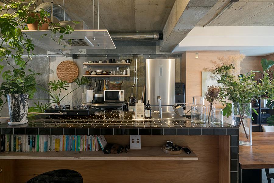 たっぷりとしたサイズのアイランドキッチン。ガスコンロは卓上型に。カウンターの下の棚は入居後にDIYしたのだそう。