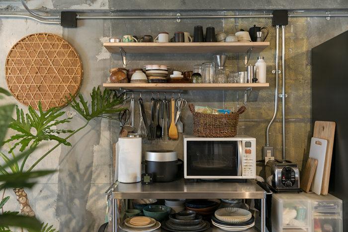 キッチンのワゴンはIKEA。「IKEAのステンレス製品は丈夫なのでオススメです」。壁にかけた左の竹のザルは美貴子さんの実家で梅を干すのに重宝していたものだそう。