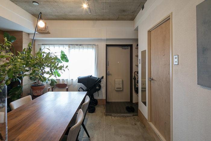 玄関のタイルはそのまま残し、ダイニングは既存の床を撤去。