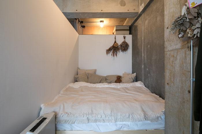 リビングの一角に壁を立てて寝室に。「クイーンサイズのベッドが入る幅を確保して壁を立てました。そしたらピッタリサイズすぎて、組み立て式のベッドが入らないんじゃないかと焦りました(笑)」