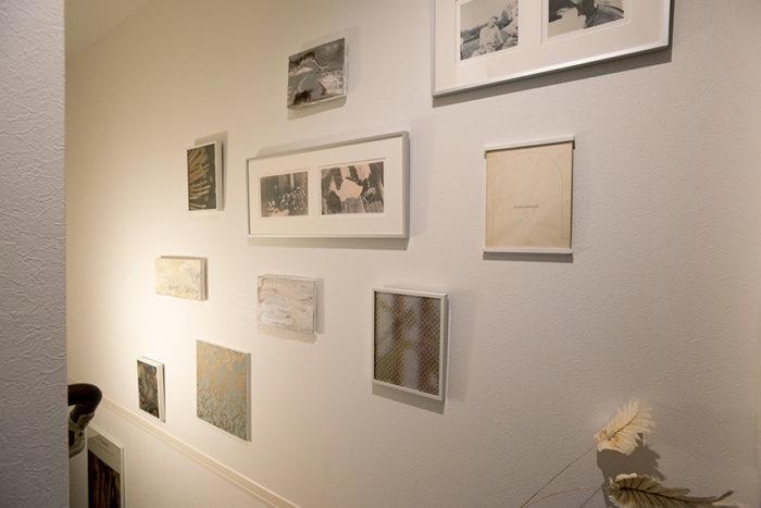 ご夫婦それぞれが創った作品を階段の壁面に。古書や古い写真に、新しく創作したものなど、新旧をミックス。