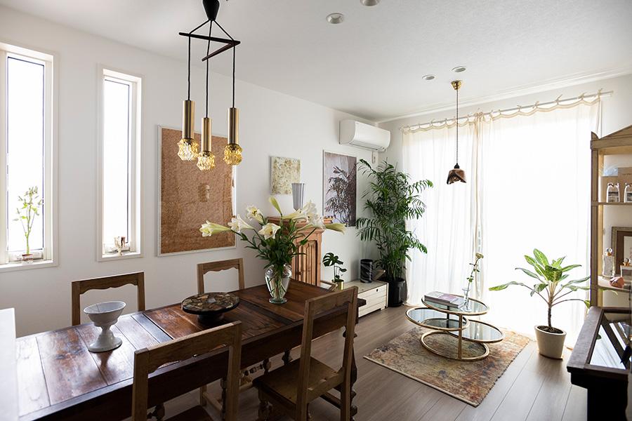 ベージュで濃淡をつけた空間に、ペンダントライト、テーブルのフレームでゴールドを添えて。