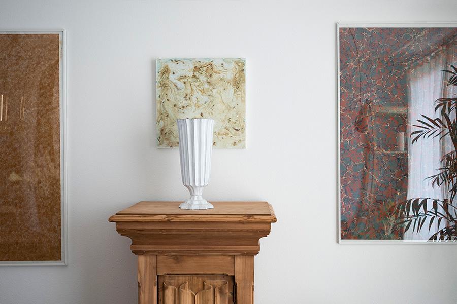花を活けなくても絵になるASTIER de VILATTEのフラワーベースの後ろは、有樹さんのアート作品。右側はイスラエルのマーブリングペーパーを使用。
