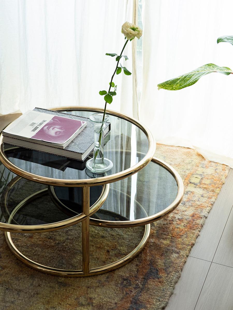 華麗なローテーブルの下は、テキスタイルの美しい「ANNTIAN」のマーブル模様のラグ。燭台型のフラワーベースは、La Soufflerieのもの。