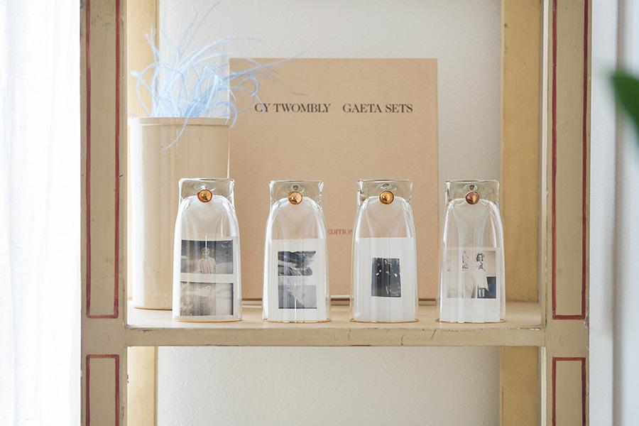 チェコスロバキアの古いグラスを逆さにして、その中に蚤の市で購入した海外の写真を。オリジナルのディスプレイテアイデア。