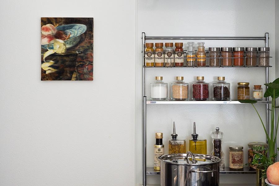 部屋全体の雰囲気と合わせるため、キッチンにも色彩を意識した絵画を。17世紀の静物画をもとに香織さんが描いた油絵。