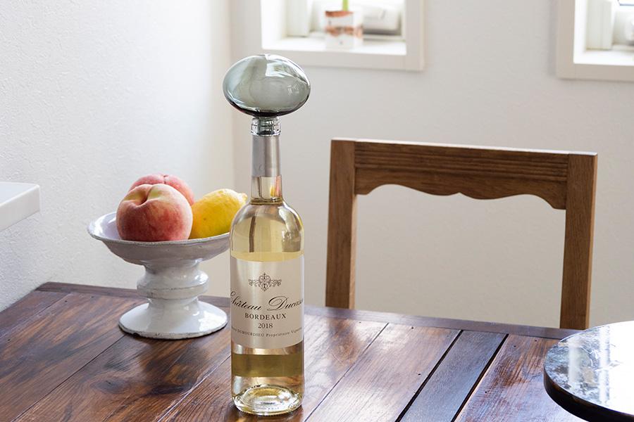 フランスのガラスプロダクトブランドによるボトルストッパー。繊細な手吹きガラスが美しい。ASTIER de VILATTEのコンポートにフルーツを盛って。