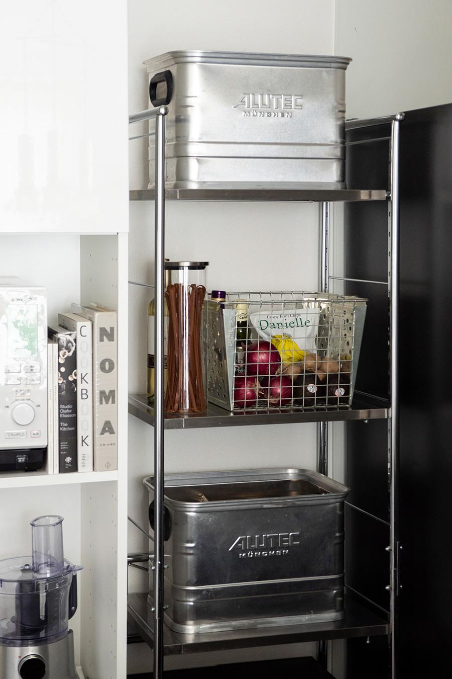 キッチンにはプロダクトものも取り入れて。ドイツALUTEC社のアルミコンテナ、アメリカSPECTRUM社のメタルバスケットを活用。