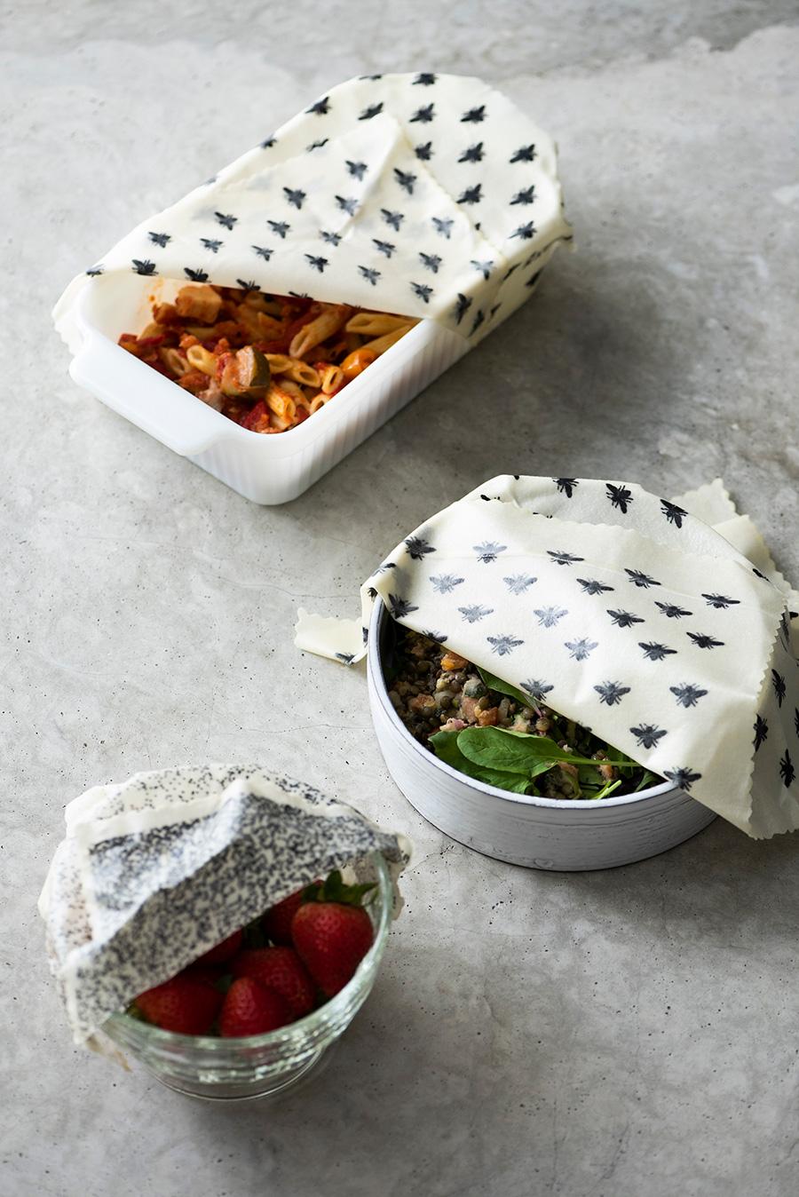 オーブンディッシュ、陶器の器、ガラスボウルなど、あらゆる器を覆うことができる。 モノトーンのハチ柄で統一すればシックでモダンな雰囲気に。