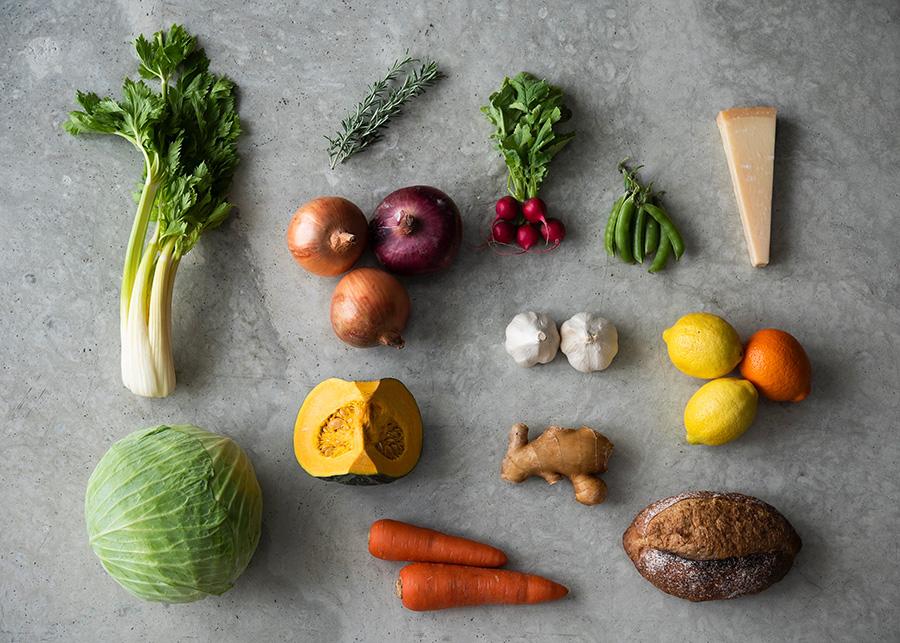 根菜や葉物野菜、果物、にんにくや生姜、チーズ、パンなど、あらゆる食品の鮮度をキープしてくれる。 但し、カットしたレモンやオレンジなど酸の強い果物に使用する場合は、切り口に直接ミツロウ部が触れないようお皿に移してからラップして。