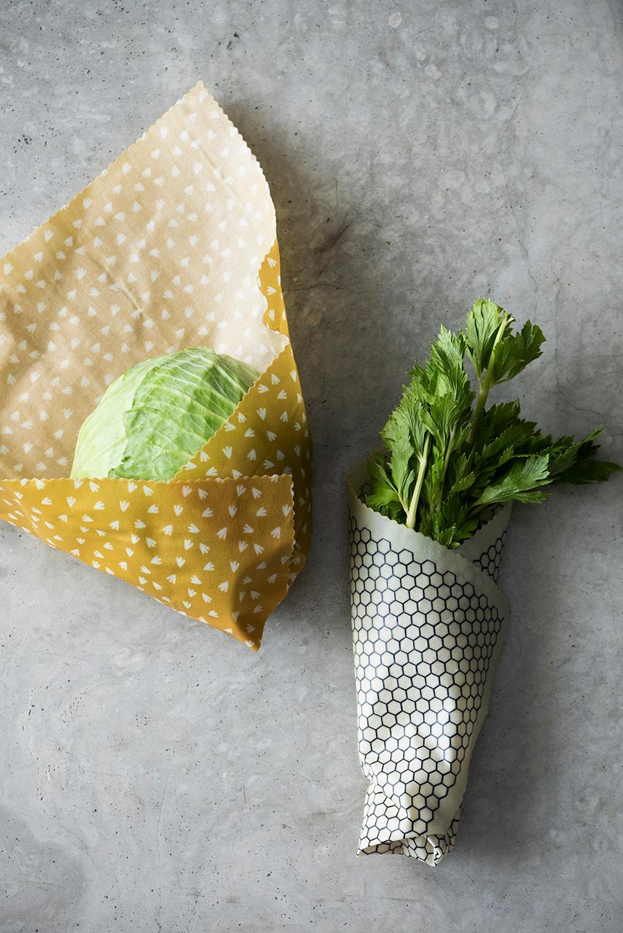 大きな野菜や食パンを一斤まるっと包めるエキストララージサイズも便利。 セロリなど長い野菜はラフに巻いて冷蔵庫に立てて保存して。