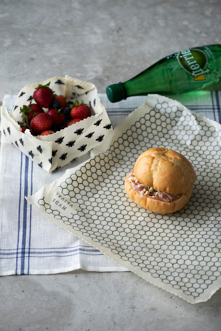 食べる時は、フルーツを包んでいたラップをお皿にして。