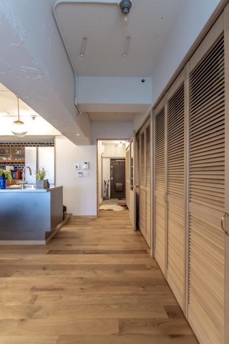 玄関から続く壁面に収納スペースを確保。