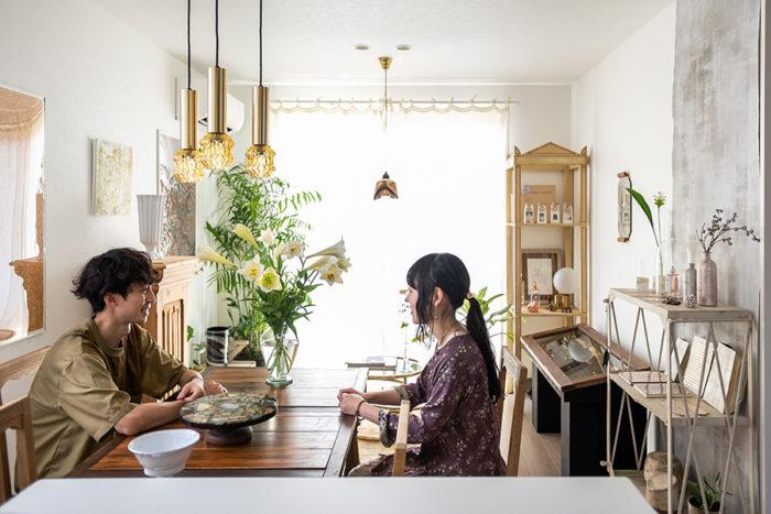 美大時代に知り合ったというご夫妻。それぞれの美意識が空間に反映されている。北濱さんが愛用するものの一部は、「H.P.DECO」でも販売。
