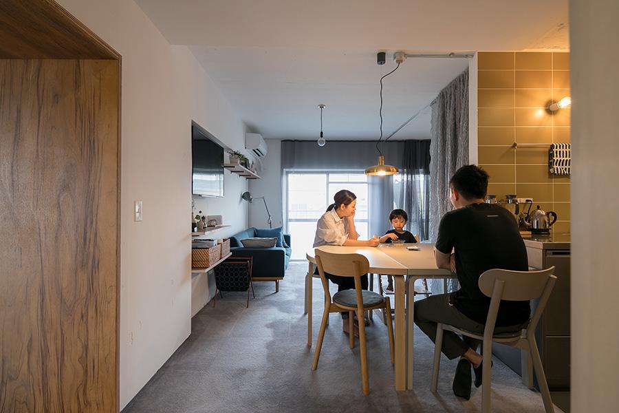床面積78㎡のうち、約2/3のスペースに、ダイニングキッチン、水回り、リビング、寝室などの生活インフラをまとめた。