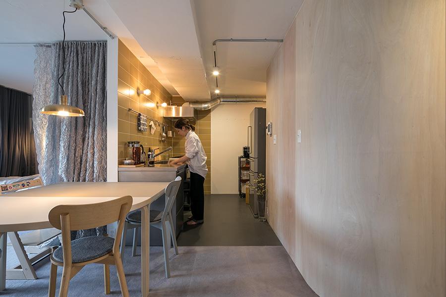 右の曲線の壁と、ダイニングテーブルの丸みが、部屋の動線にゆとりを感じさせる。