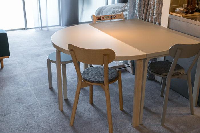 アルヴァ・アアルトの半円形のテーブルは、長方形のテーブルと組み合わせることで好みの大きさで使えるよう考えられたもの。