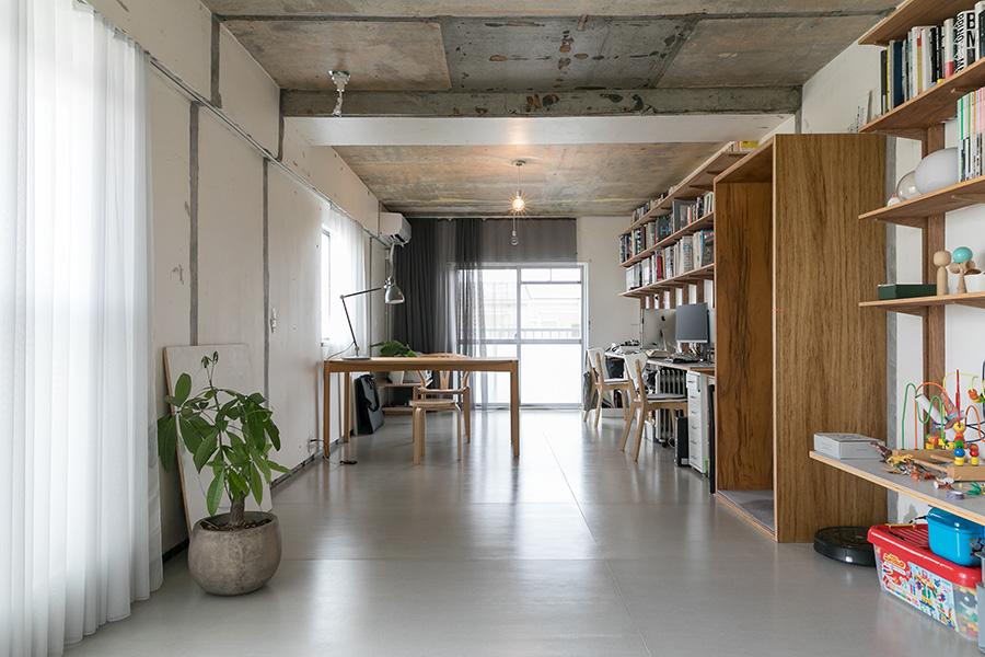 『B面』の床は、外壁材としても使われるフレキシブルボード。