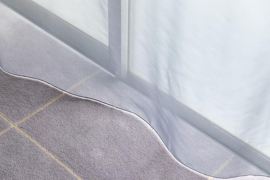 レースのカーテンは、1枚だと柔らかな光に、生地を寄せてレースを重ねれば部屋を暗くできる。ウールのタイルカーペットは『堀田カーペット』のもの。