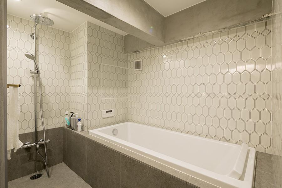 『平田タイル』の変形六角形と菱型のタイルを組み合わせた浴室。丁寧な職人仕事が美しい。