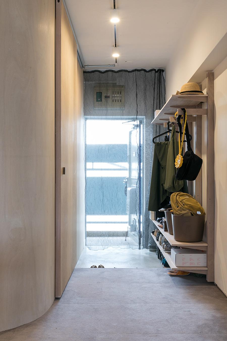 玄関の入口のカーテンをくぐって部屋に入るドラマチックな演出。