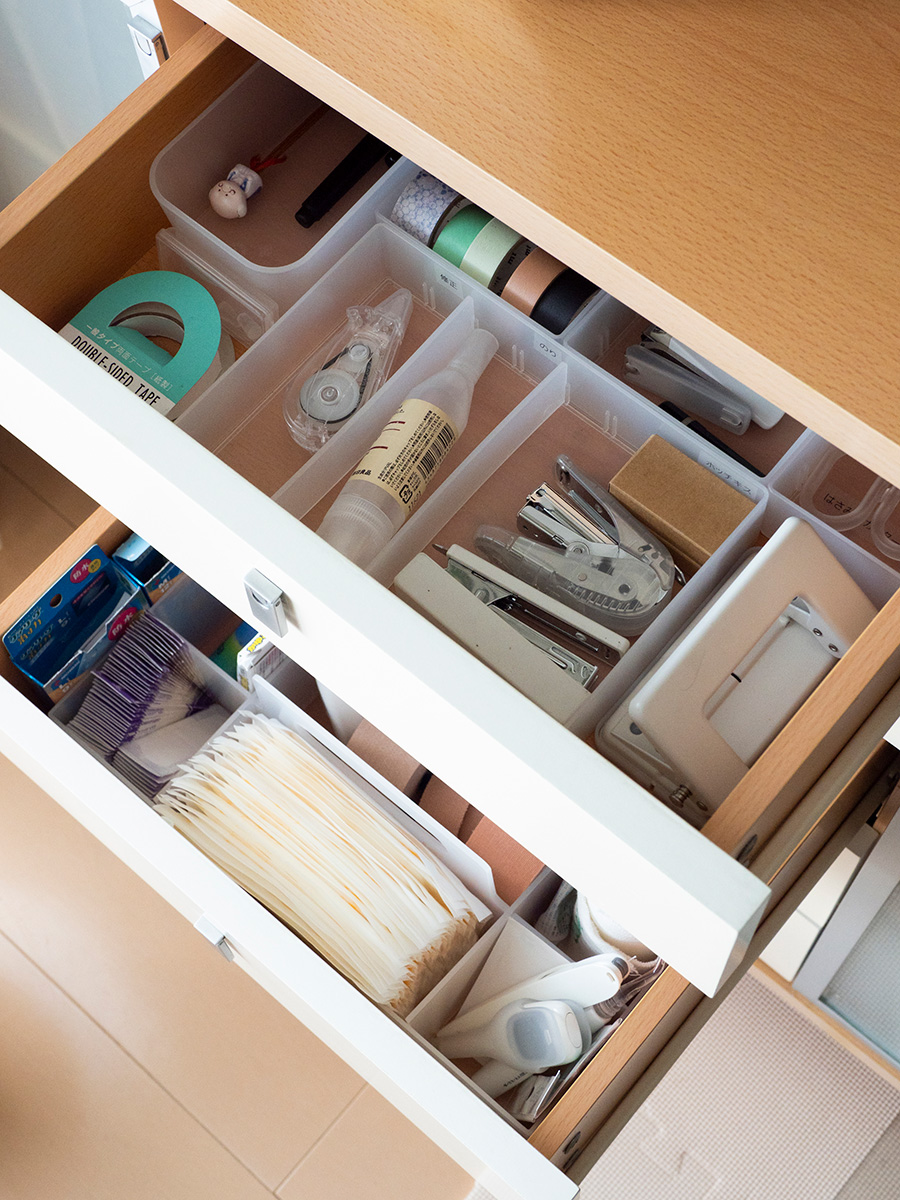 小分けのケースを使ってアイテム毎に収納。絆創膏などはパッケージを外しておけば取り出しやすい。