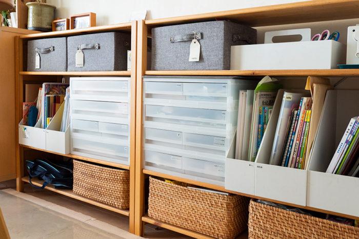 3人の子どもの持ちものをスペースを決めて収納。棚の上はランドセル置き場にしている。