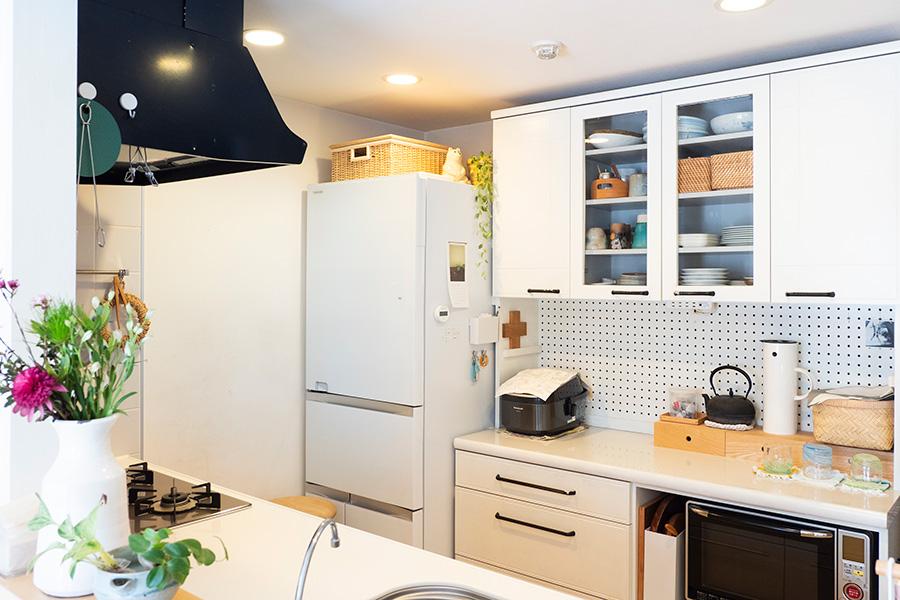 美しく整えられたキッチン。キッチン台の面材などは、空間に合わせてDIYで白く塗装したそう。