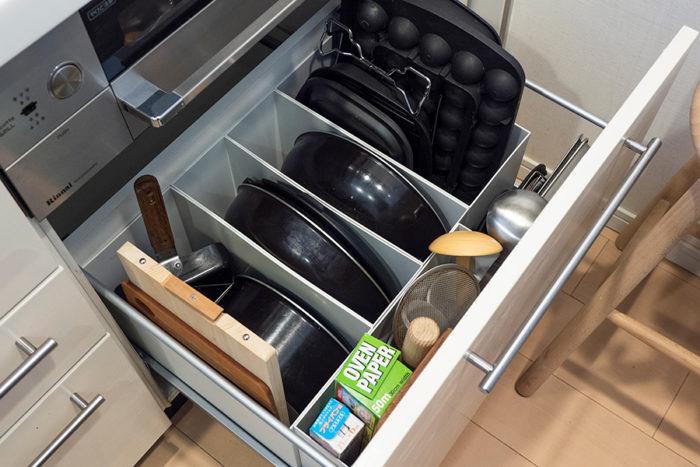 ガスコンロ下には調理道具を。ファイルボックスの他に、スチール仕切板を使うことで、取り出すときに他のものが引っかかりにくくスムーズに。