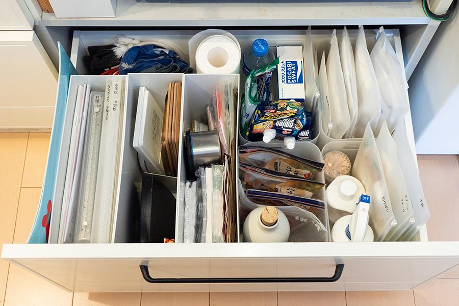 ペーパーナフキンなどたまに必要なものを。たまりがちな使い捨てのフォーク、割り箸類はファスナー付きの袋に入れて立たせて収納。