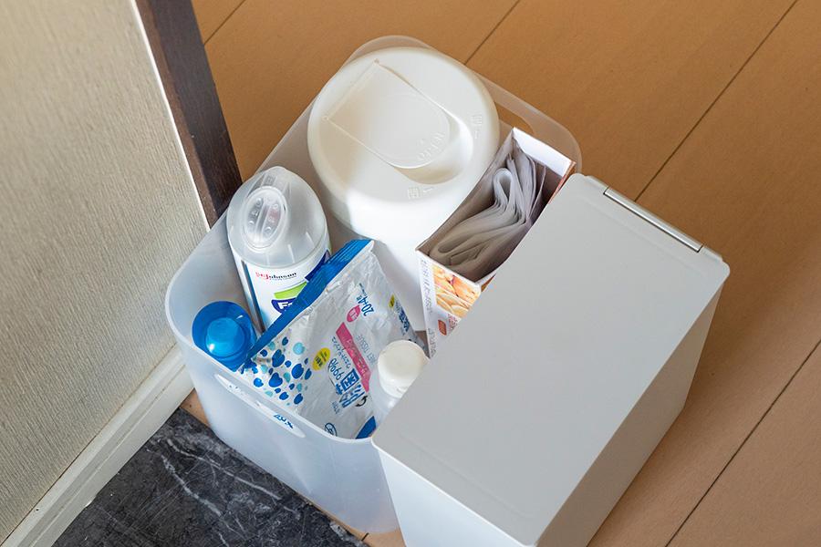 玄関脇にコロナ対応コーナーを新たに設置。外出時に必要なアルコールや、帰宅後にマスクを捨てるゴミ箱、かばんを拭くウェットティッシュなどを。
