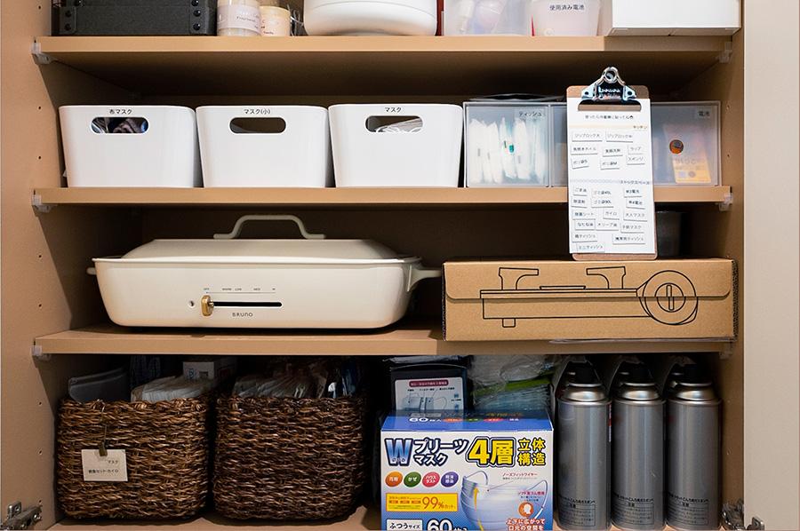非常時に使える卓上コンロもスタンバイ。ここにもストック切れ防止ボードが。上段には水筒や電球、ワインオープナー、氷枕などたまに必要になるものを。