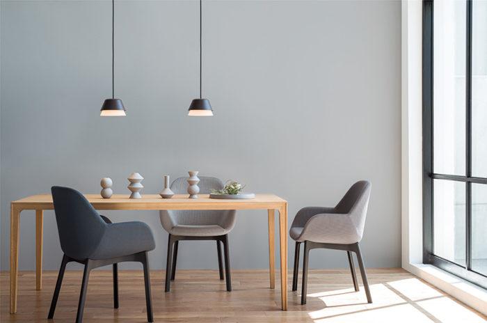 北欧モダンテイストの空間に似合うペンダントライトをダイニングテーブルに。電球色〜昼白色の調色が可能。AP 51170¥33,800
