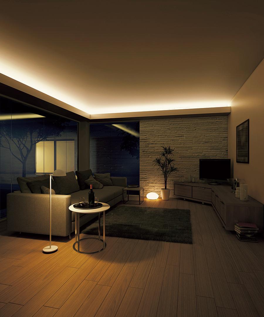 ライトバーで天井を照らしたコーブ照明。天井から反射した光が部屋全体に広がり、空間に開放感を生んでいる。
