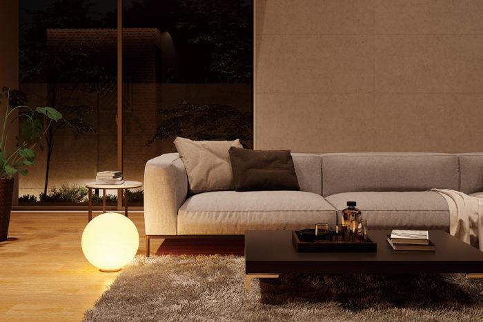 床から幻想的な光を届けるフロアスタンド。サイズ違いで配置することで、遠近感のある空間を演出。AT 51162¥42,000。商品は全てKOIZUMI。