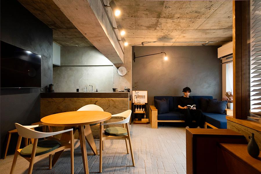 天井高を確保するためコンクリートをむき出しに。壁の塗装は面によって明るさのトーンを変えている。ジャン・プルーヴェのウォールランプは工事中に取り付け、コンセントや配線を壁に埋め込んだ。