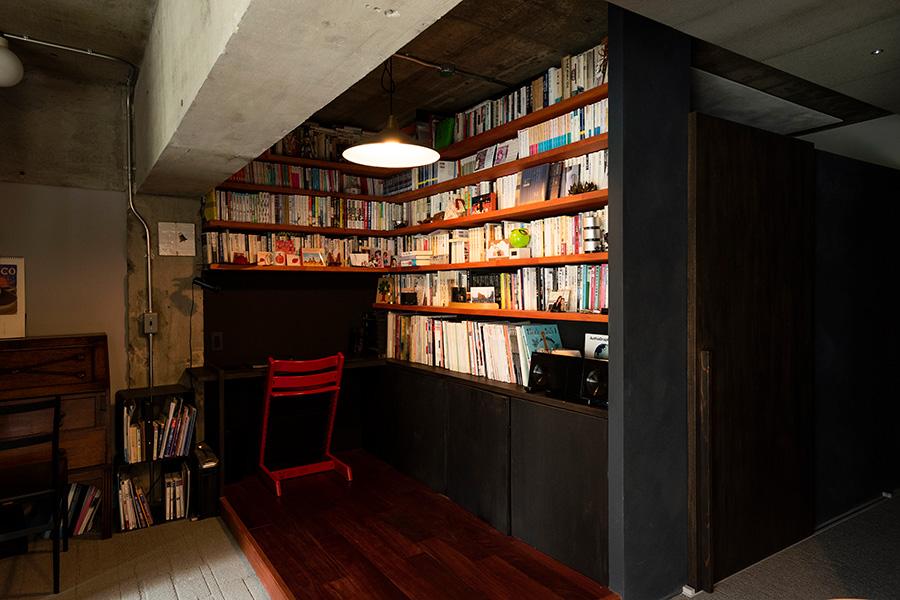 LDKの一角にライブラリーを設けた。メリハリをつけるため床は一段上げ、紫がかった木材、パープルハートを敷いた。