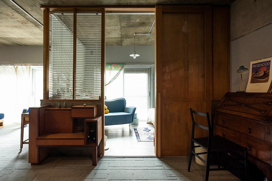 天井までガラス張りの子供部屋から光が通る。入り口は引き戸の代わりにロールカーテンを降ろすことも可能。