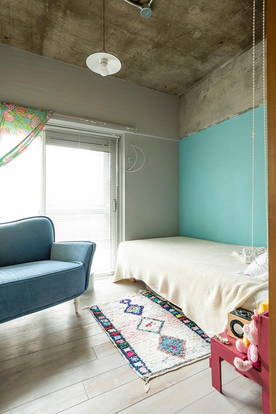 ブルーの色彩が映える子供部屋。壁も床も娘さんがDIYで塗装。