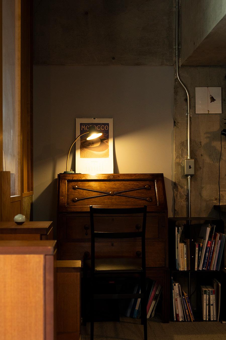 勉強はライブラリー横のアンティークのデスクで。ここは明るさを確保。