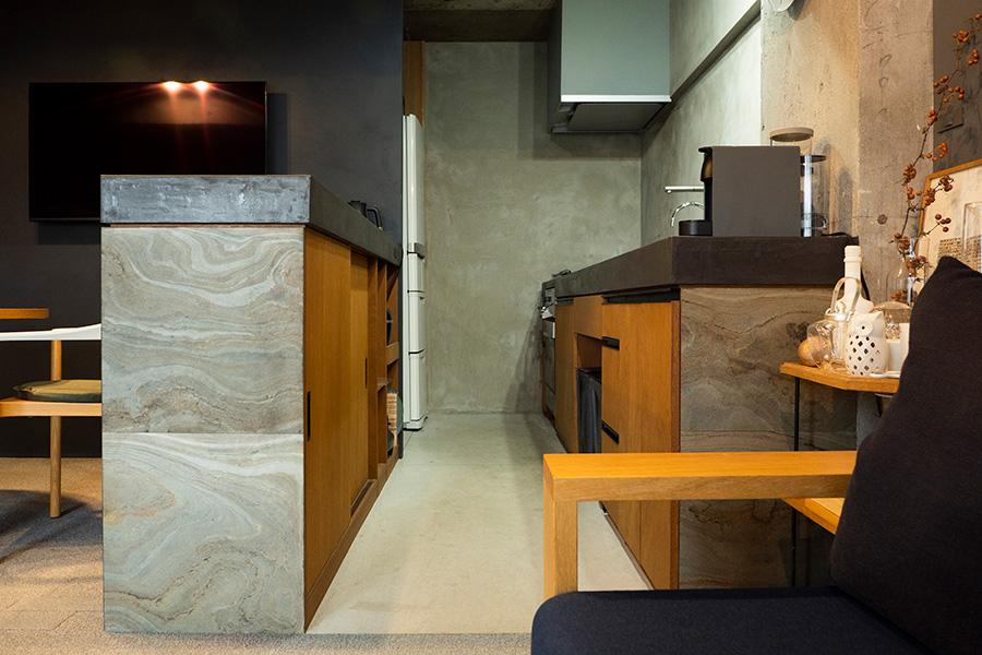 使い勝手を考えて造作したキッチン。カウンターの面材など、所々にアフリカの石をあしらっている。